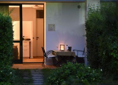 tavolo esterno di sera appartamenti Il Patio