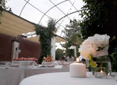 portico con buffet e fiore